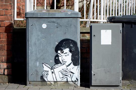 Street-art-Girl-Reading-540x357
