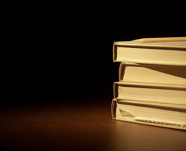 četiri knjige i olovka